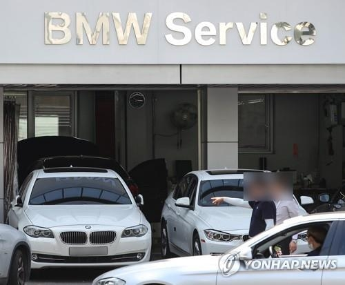 Vehicles wait for inspection at a BMW service center in Seoul on Aug. 20, 2018, following a series of engine fires involving diesel cars. (Yonhap)