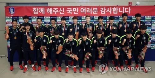 South Korea's under-23 national football team players pose for a group photo at Incheon International Airport, west of Seoul, after returning home from the 18th Asian Games in Indonesia on Sept. 3, 2018. (Yonhap)