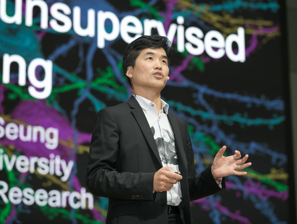 This photo, provided by Samsung Electronics Co., shows Sebastian Seung, a neuroscience expert, delivering a keynote speech at the Samsung AI Forum 2018 in southern Seoul on Sept. 13, 2018. (Yonhap)