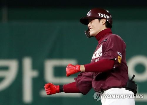 Lim Byeong-wuk of the Nexen Heroes celebrates his two-run double against the SK Wyverns in the top of the sixth inning of Game 5 of the second round playoff series in the Korea Baseball Organization at SK Happy Dream Park in Incheon, 40 kilometers west of Seoul, on Nov. 2, 2018. (Yonhap)