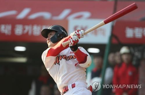 Kim Sung-hyun of the SK Wyverns hits a game-tying double against the Doosan Bears in the bottom of the seventh inning of Game 5 of the Korean Series at SK Happy Dream Park in Incheon, 40 kilometers west of Seoul, on Nov. 10, 2018. (Yonhap)