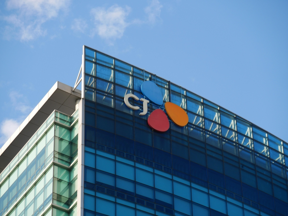 This file photo shows CJ Cheiljedang Corp.'s corporate logo atop its headquarters building in Seoul. (Yonhap)