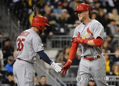 In this Penta Press file photo from April 6, 2016, Jeremy Hazelbaker (R), then with the St. Louis Cardinals, celebrates a home run with teammate Grag Garcia during the top of the sixth inning of a Major League Baseball regular season game against the Pittsburgh Pirates at PNC Park in Pittsburgh, Pennsylvania. South Korean ball club Kia Tigers said on Nov. 19, 2018, that they're nearing a deal with Hazelbaker. (Yonhap)