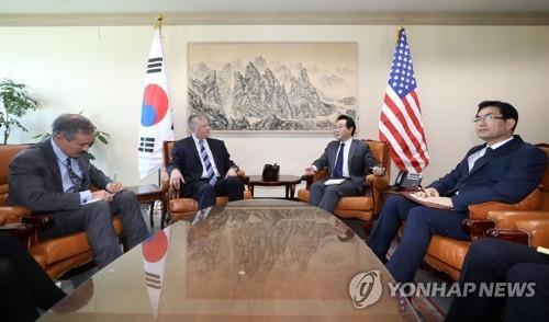 South Korea's top nuclear envoy, Lee Do-hoon (2nd from R), talks with his U.S. counterpart Stephen Biegun in Seoul on Oct. 29, 2018. (Yonhap)