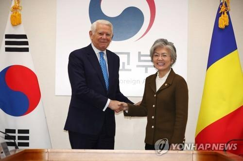 South Korean Foreign Minister Kang Kyung-wha (R) shakes hands with her Romanian counterpart, Teodor-Viorel Melescanu, during a meeting in Seoul on Nov. 23, 2018. (Yonhap)