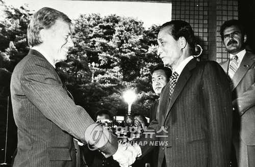 South Korean President Park Chung-hee (R) shakes hands with U.S. President Jimmy Carter at Cheong Wa Dae in Seoul in this file photo dated July 1, 1979. (Yonhap)