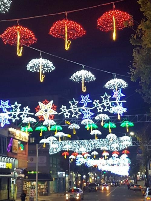 A Dongducheon street adorned with Christmas lights (Yonhap)