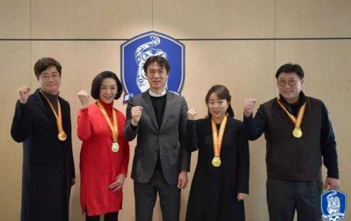 In this photo taken by the Korea Football Association (KFA) on Jan. 4, 2019, the KFA General Secretary Hong Myung-bo (C) poses for a photo with family members of the South Korean football players on the 1960 Asian Football Confederation (AFC) Asian Cup-winning squad after giving them new gold medals at the KFA House in Seoul. (Yonhap)