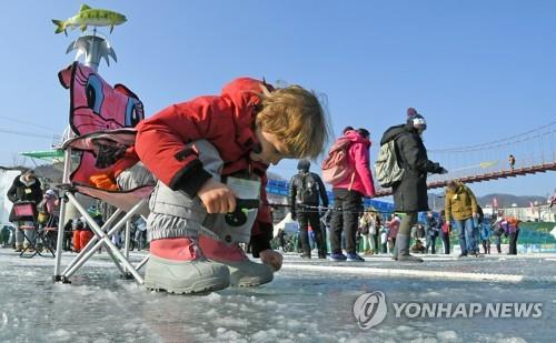 A foreign child fishing for trout (Yonhap)