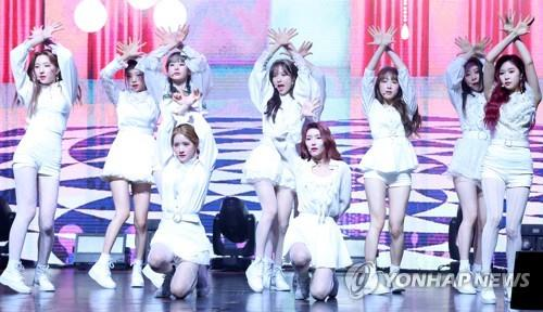 "Cosmic Girls showcase their new song ""La La Love"" during a media event to announce the release of their new album ""WJ Stay?"" on Jan. 8, 2019. (Yonhap)"