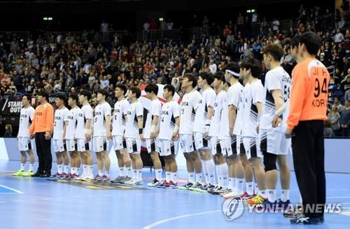 In this Reuters photo, players from the unified Korean men's handball team line up ahead of the IHF Men's World Championship Group A handball match between Russia and Korea at the Mercedes-Benz Arena in Berlin on Jan. 12, 2019. (Yonhap)
