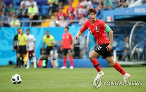 This file photo taken on June 23, 2018, shows South Korea's Ki Sung-yueng in action against Mexico in a Group F match at the 2018 FIFA World Cup in Russia. (Yonhap)