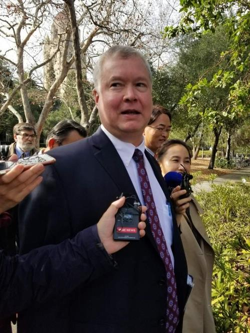 This photo shows U.S. Special Representative for North Korea Stephen Biegun surrounded by reporters at Stanford University in California on Jan. 31, 2019. (Yonhap)