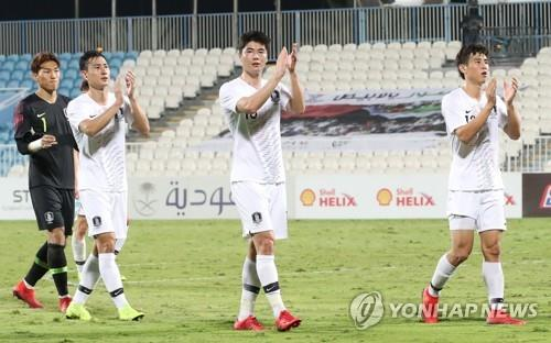 This file photo taken Dec. 31, 2018, shows South Korea's Ki Sung-yueng (C) and Koo Ja-cheol (R) clapping the fans after an international friendly match against Saudi Arabia at Baniyas Stadium in Abu Dhabi, the United Arab Emirates. (Yonhap)