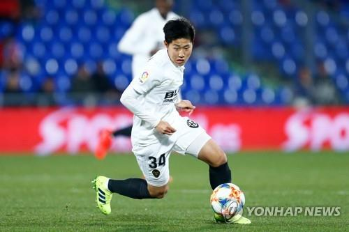 This AFP photo shows Valencia CF's South Korean midfielder Lee Kang-in running with the ball during the Spanish Copa del Rey (King's Cup) quarter-final first leg football match between Getafe and Valencia at the Coliseum Alfonso Perez stadium in Getafe on January 22, 2019. (Yonhap)
