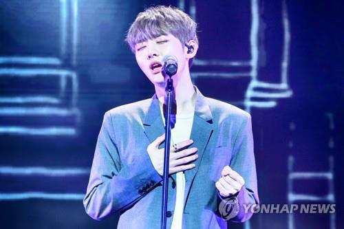 "Yoon Ji-sung, a member of disbanded K-pop boy band Wanna One, showcases his first solo EP, ""Aside,"" in a media event on Feb. 20, 2019. (Yonhap)"