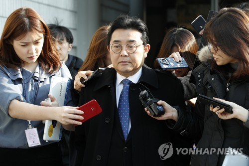 Jun Byung-hun, an ex-presidential aide for political affairs and a former lawmaker, speaks to reporters at the Seoul Central District Court on Feb. 21, 2018, after the court sentenced him to six-year prison term over a corruption case related to a gaming industry body, and one year in jail, suspended for two years, for abuse of power. (Yonhap)