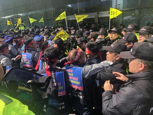 Unionized workers from Daewoo Shipbuilding & Marine Engineering Co. clash with riot police in front of KDB's headquarters in Seoul on March 8, 2019. (Yonhap)
