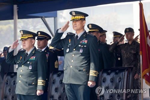 Deputy Commander of the South Korea-U.S. Combined Forces Command Gen. Choi Byung-hyuk (R) salutes during his inauguration ceremony in Seoul on April 17, 2019. (Yonhap)