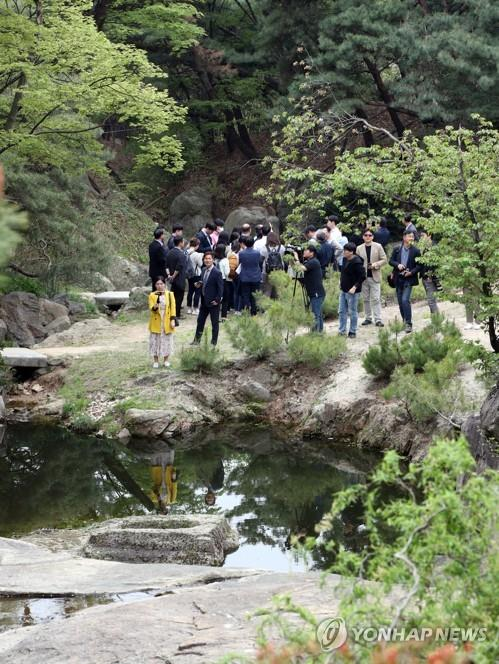 This photo shows visitors and journalists touring Seongnagwon, a typical traditional Korean garden in northern Seoul on April 23, 2019. (Yonhap)