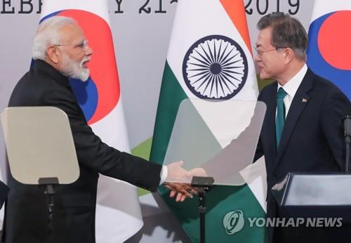 This file photo, taken on Feb. 22, 2019, shows President Moon Jae-in (R) and Indian Prime Minister Narendra Modi shaking hands after their bilateral summit at Cheong Wa Dae in Seoul. (Yonhap)