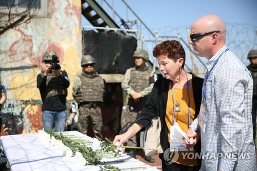 Family members of U.S. soldiers who went missing during the 1950-53 Korean War lay flowers at a temporary altar set up at a guard post in Cheorwon, Gangwon Province, on May 29, 2019, in this photo provided by the Ministry of Patriots and Veterans Affairs. (PHOTO NOT FOR SALE) (Yonhap)