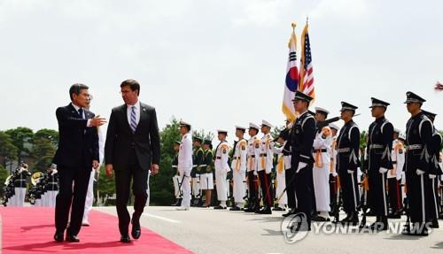 U.S. Secretary of Defense Mark Esper (2nd from L), accompanied by South Korean Defense Minister Jeong Kyeong-doo (L), inspects an honor guard during a welcome ceremony at the defense ministry compound in Seoul on Aug. 9, 2019. (Yonhap)