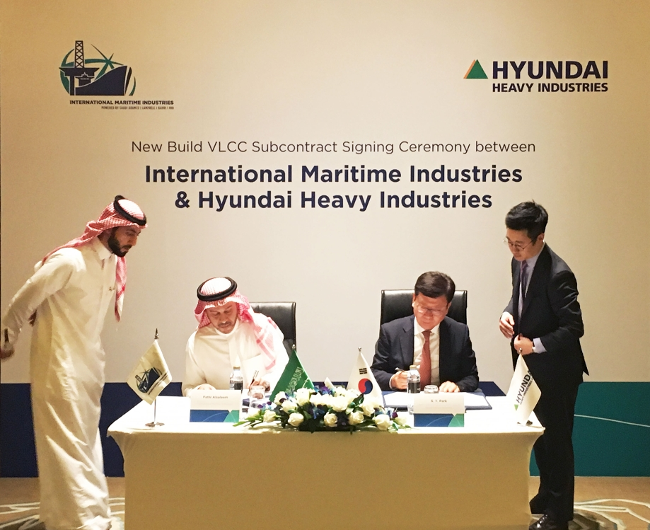 In this undated photo provided by Hyundai Heavy Industries Group, Hyundai Heavy Industries Vice President Park Seung-yong (2nd from R) and International Maritime Industries Co. CEO Fathi K. Al-Saleem (2nd from L) sign a VLCC design licensing agreement in Dubai, the United Arab Emirates. (PHOTO NOT FOR SALE) (Yonhap)