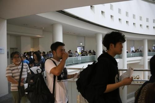 Japanese line up on Oct. 8, 2019, in a corridor of Aichi Arts Center in Nagoya, Japan, to pick up numbers for a lottery to win a ticket to an Aichi Triennale 2019 exhibition that includes a statue representing comfort women. (Yonhap)