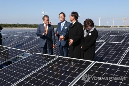 President Moon Jae-in (L) speaks while looking around renewable energy facilities on Saemangeum's reclaimed land on Oct. 30, 2018. (Yonhap)