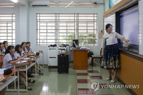 South Korean instructor Huh Sun teaches Korean at Thu Duc High School in Ho Chi Minh City, Vietnam, on Dec. 5, 2019. (Yonhap)