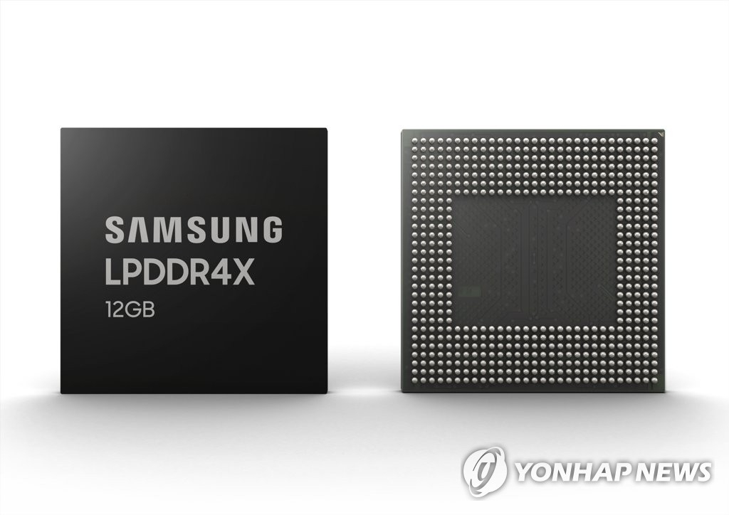 This photo, released by Samsung Electronics Co. on March 14, 2019, shows the industry's first 12-gigabyte Low Power Double Data Rate 4X (LPDDR4X) mobile DRAM package. (PHOTO NOT FOR SALE) (Yonhap)