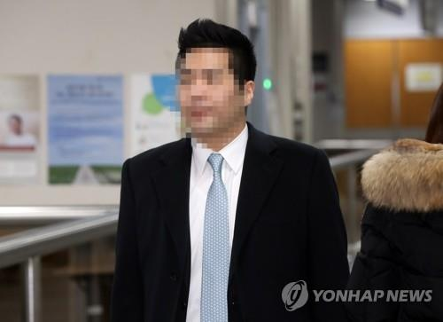 Chung Hyun-sun, a grandson of Hyundai Group founder Chung Ju-yung, arrives at the Seoul High Court in southern Seoul on Jan. 15, 2020, to attend a hearing in his drug case. (Yonhap)