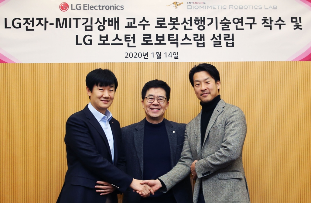 LG Electronics chief technology officer Park Il-pyung (C), Massachusetts Institute of Technology professor Kim Sang-bae (R) and LG's robot research center chief Baek Seung-min pose at LG's R&D building in Seoul on on Jan. 14, 2020, in this photo provided by LG Electronics. (PHOTO NOT FOR SALE) (Yonhap)