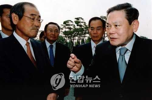 In this photo provided by Samsung Group, Samsung Group Chairman Lee Kun-hee (R) speaks to the group executives at an event in Seoul on June 5, 2003. (PHOTO NOT FOR SALE) (Yonhap)