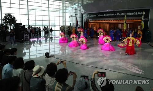 This photo shows a traditional Korean dance performance at Incheon International Airport in July, 2019. (Yonhap)