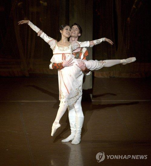 "In this photo provided by the International Performing Arts Project, Kang Hyo-jung (L) performs ""Romeo and Juliet."" (PHOTO NOT FOR SALE) (Yonhap)"