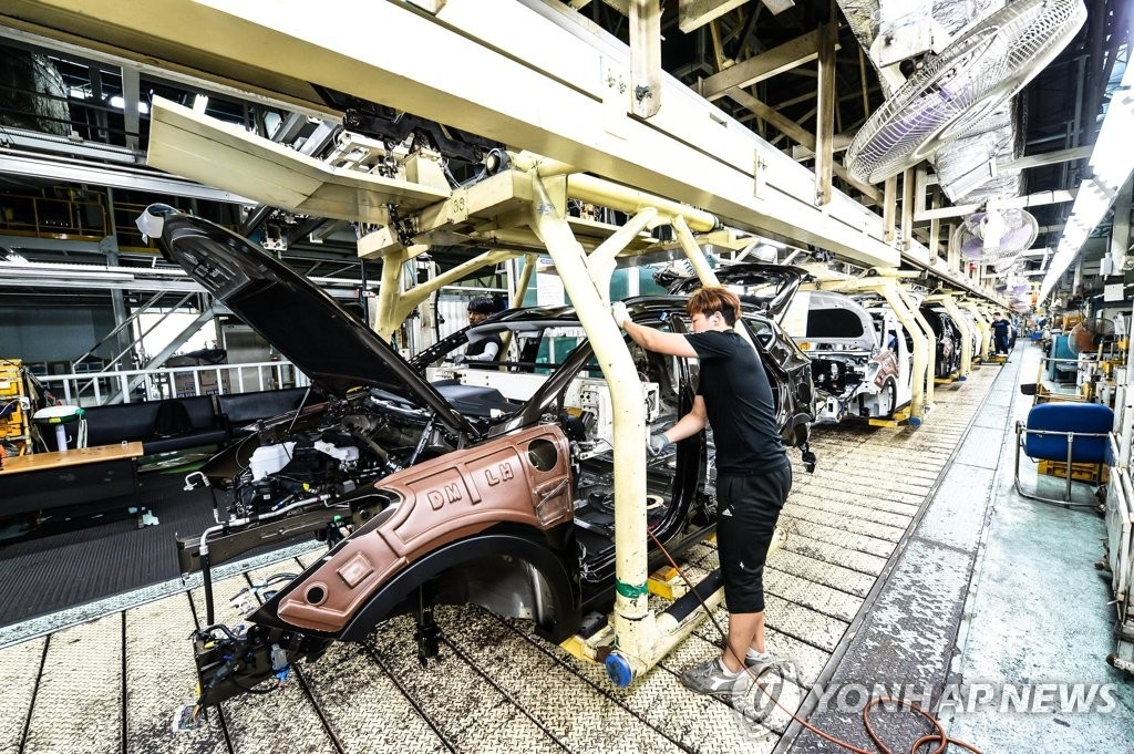 This file photo provided by Hyundai Motor shows an employee working at an assembly line of the carmaker's No. 2 plant in Ulsan. (PHOTO NOT FOR SALE)(Yonhap)
