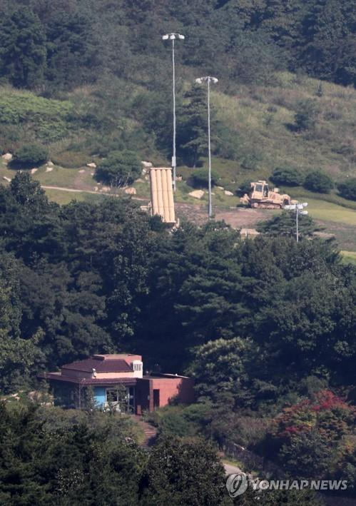 This photo, taken Sept. 12, 2017, shows a launcher of the Terminal High Altitude Area Defense (THAAD) system being positioned at a U.S. military base in Seongju, 300 kilometers south of Seoul. (Yonhap)