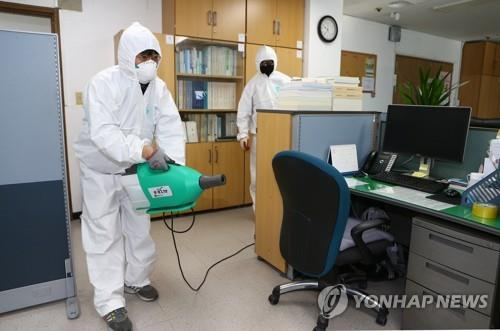Disinfection work is under way at a government office in Daegu on Feb. 22, 2020, as new cases of coronavirus spiked in South Korea's fourth-largest city located about 300 kilometers southeast of Seoul. (Yonhap)