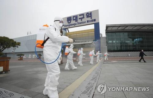 Quarantine officials carry out a disinfection operation in Daegu, 300 kilometers south of Seoul, on Feb. 29, 2020, amid a spike in the number of new coronavirus outbreaks in the city. (Yonhap)