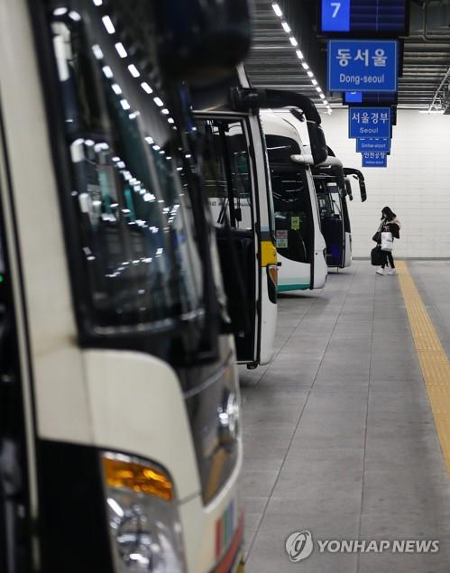 A bus stand at a train station is almost deserted in the southeastern city of Daegu on March 4, 2020, as people avoid going out amid the spread of the new coronavirus. (Yonhap)