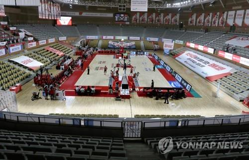A Women's Korean Basketball League (WKBL) regular season game between the home team BNK Sum and Shinhan Bank S-Birds is under way behind closed doors at BNK Center in Busan, 450 kilometers southeast of Seoul, on March 6, 2020. (Yonhap)