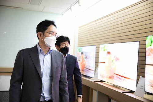 (LEAD) Samsung heir visits display plant in S. Korea amid virus crisis