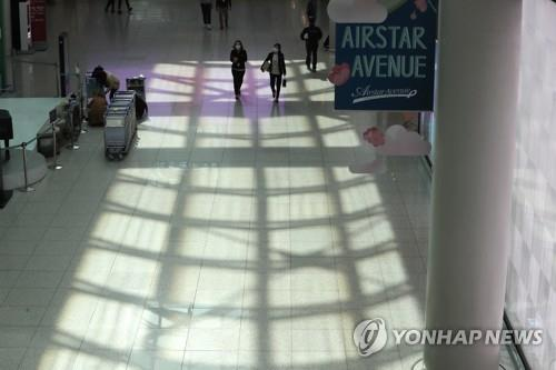 This photo, taken on March 20, 2020, shows an empty duty-free shop zone at Incheon International Airport, west of Seoul. (Yonhap)