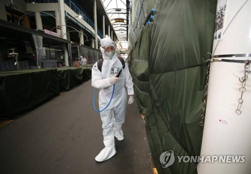 A soldier from the Army 50th Division disinfects Seomun Market in Daegu, 300 kilometers southeast of Seoul, on April 5, 2020, to help prevent the spread of the coronavirus. (Yonhap)