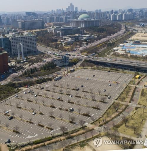 A public parking lot in central Seoul is closed down on April 5, 2020, as part of a nationwide social distancing campaign. (Yonhap)