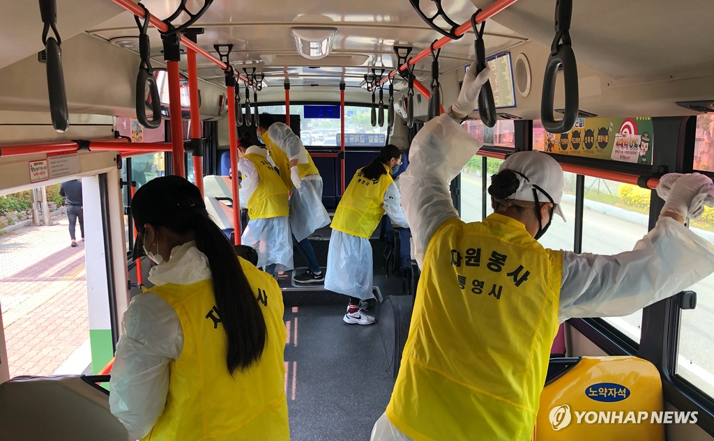 This photo provided by the city of Tongyeong shows volunteers cleaning and disinfecting a city bus in the southwestern coastal city on May 4, 2020. (PHOTO NOT FOR SALE) (Yonhap)