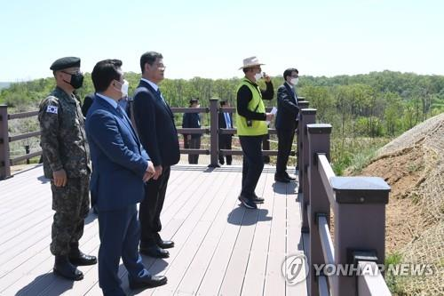 Unification Minister Kim Yeon-chul (3rd from L) visits the Demilitarized Zone near Paju, Gyeonggi Province, on May 6, 2020, in this photo provided by his office. (PHOTO NOT FOR SALE) (Yonhap)
