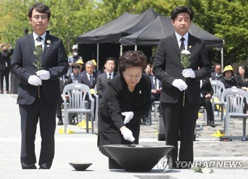 Kwon Yang-sook, the widow of the late former President Roh Moo-hyun, offers incense during a ceremony to mark the 11th anniversary of Roh's death at Bongha Village in Gimhae, South Gyeongsang Province, on May 23, 2020. (Yonhap)